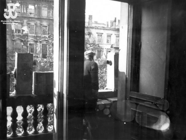 Fotografia z Powstania Warszawskiego. Śródmieście Południowe. Obserwacja stanowisk niemieckich w  Alejach Jerozolimskich z balkonu na drugim piętrze k