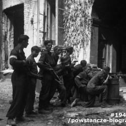 Fotografia z okresu Powstania Warszawskiego autorstwa Adama Bichniewicza - sierpień 1944 r., ulica Krucza, żołnierze zgrupowania Bełt na stanowisku bojowym. Fot. ze zbiorów Muzeum Powstania Warszawskiego, sygn. MPW-IN/4327