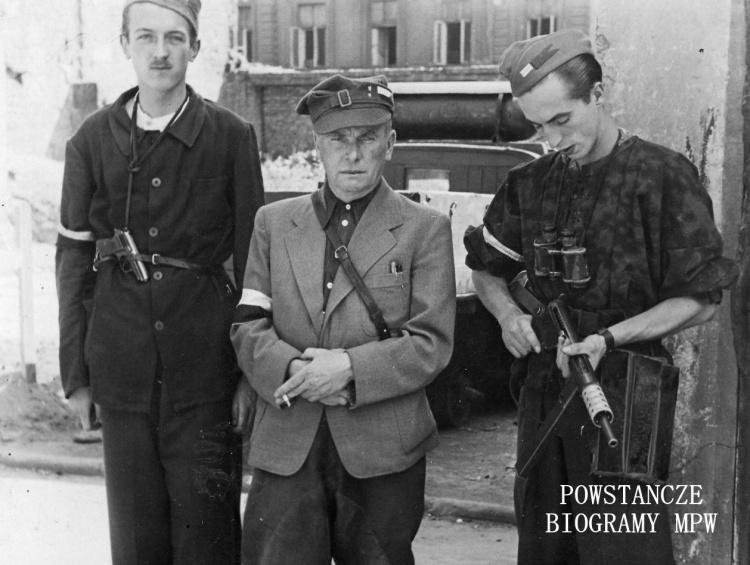 """Powstanie Warszawskie - stoją od lewej  kpr. pchor. Władysław Karol Rudziński ps. Jastrząb"""" (1922-2013), por. Stefan Skórzewski """"Stefan"""" (1896-1944) oraz  ppor. Włodzimierz Jabłoński """"Jasieńczyk"""" (w panterce, pierwszy z prawej). Fot. udostępnione przez p. Krzysztofa Rudzińskiego"""