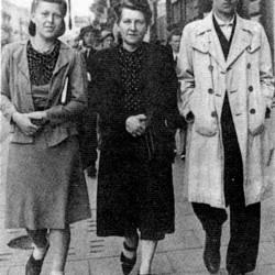 Barbara Strumiłowska z matką i bratem Andrzejem ps.