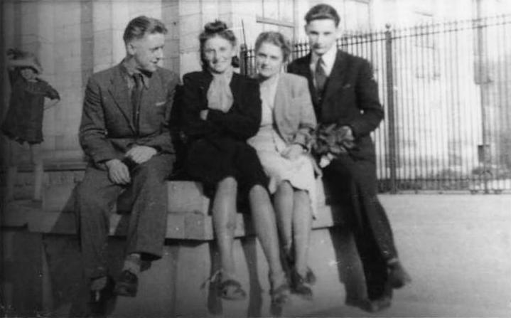 Zdjęcie przy Muzeum Narodowym w Warszawie, 1943 r. Od lewej: Teodor Sukiennik,  Maria Gabryl, Barbara Rogowska, NN. Fotografia ze  zbiorów Urszuli Katarzyńskiej-Ballner / MPW