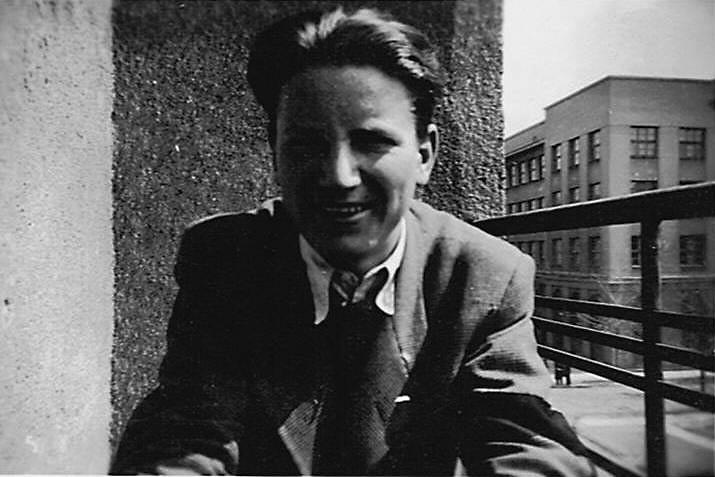 Jacek Myszkowski w latach okupacji, w tle widoczna Szkoła Rękodzielnicza na rogu ul. Narbutta i Kazimierzowskiej