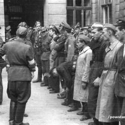 Fotografia z Powstania Warszawskiego. Zbiórka 3 plutonu kompanii