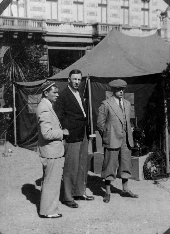 Warszawa 1938 r. - od lewej stoją: Andrzej Kamiński, Jerzy Antoni Antoszewski i Zdzisław Kamiński - ojciec Andrzeja.