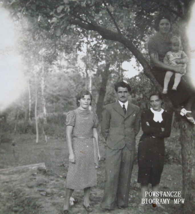 """Michał Michalczyk """"Konik"""" z żoną Laryssą Fiszer (na zdjęciu w czarnej sukience) i siostrami: Jadwigą i Stefanią siedzącą z synem Zbyszkiem. Zdjęcie wykonane najprawdopodobniej latem 1944 r. Fot. udostępnił p. Ryszard Karczmarek"""