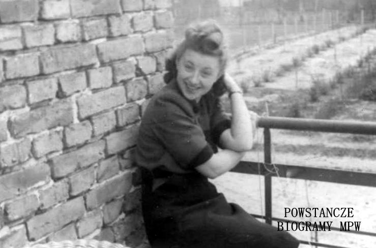 """Irena Aleksandrowicz-Żabicka ps. """"Puszek"""" (1922-1944), na zdjęciu w roku  1943. Fot. ze zbiorów Urszuli Katarzyńskiej-Ballner / MPW"""