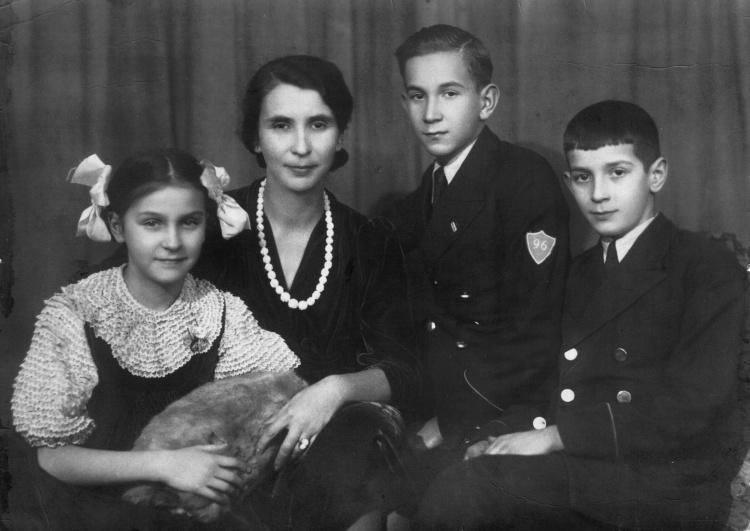 Maciej z Matką oraz rodzeństwem: Marią i Andrzejem. Warszawa, 1938 r. Zdjęcie z archiwum rodzinnego Andrzeja Urbańca.