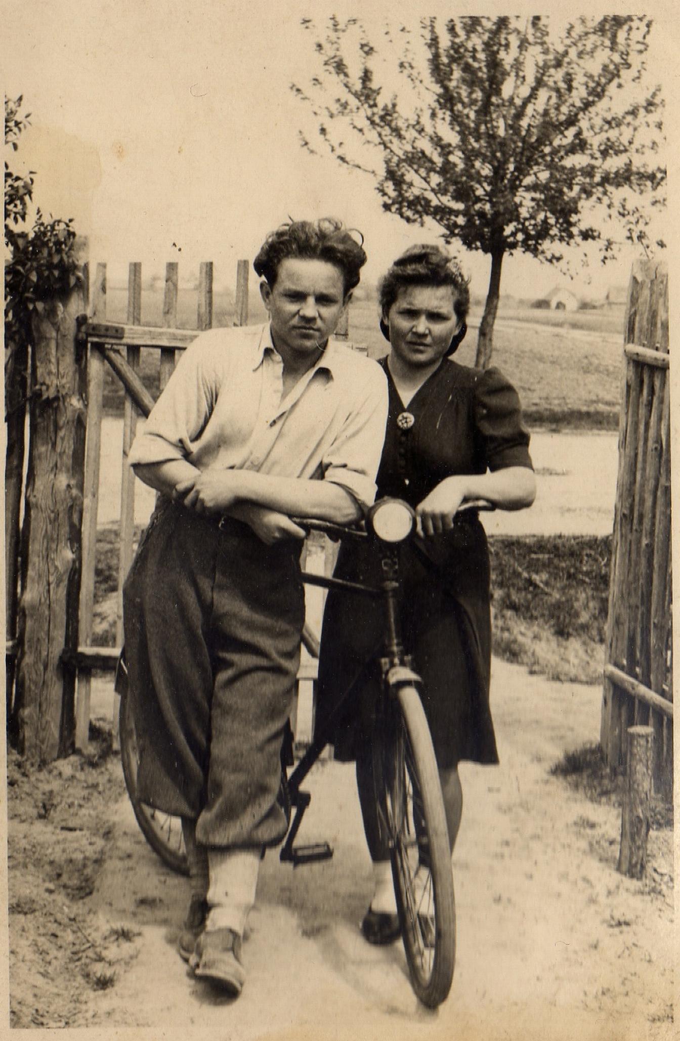 Józef Laskowski z siostrą Zofią w okolicy miejsca zamieszkania w Kiełpinie. Zdjęcie z lat okupacji roku 1942 lub 1943.