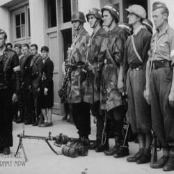 Przegląd oddziałów przybyłych z Lasów Kabackich i Chojnowskich. Na zdjęciu w panterkach Kompania