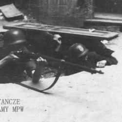 Fotografia z Powstania Warszawskiego, sierpień-wrzesień 1944 r. Stanowisko strzeleckie, z karabinem Tadeusz  Lernaciński