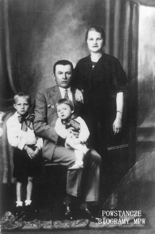 """Stanisław Mijas """"Pingwin"""" z żoną Teodozją """"Magdą"""" oraz synami Jerzym  ps. """"Jeż"""" i Stanisławem ps. """"Janek"""". Fot. z archiwum rodzinnego Roberta Mijasa."""