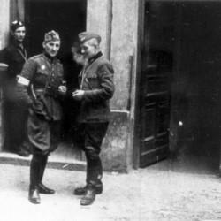 Porucznik Edward pierwszy po prawej. Zdjęcie ze zbiorów MPW