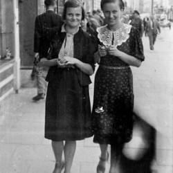 Barbara Bobrownicka z siostrą Marią. Zdjęcie wykonane podczas okupacji na Nowym Świecie w Warszawie. Fot. archiwum rodzinne.