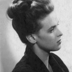 Fotografia portretowa załączona do ankiety uczestnika Powstania Warszawskiego. Sanitariuszka Mirosława Zofia Burzyńska - Fiedler