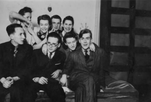 Zdjęcie wykonane w mieszkaniu na ul. Wilczej - od prawej brat Basi  - Antoni Roszkowski, Maria Czapska-Pajzderska, Barbara (Elżbieta) Roszkowska stoi druga od lewej. Fot. z archiwum prywatnego Marii Pajzderskiej.
