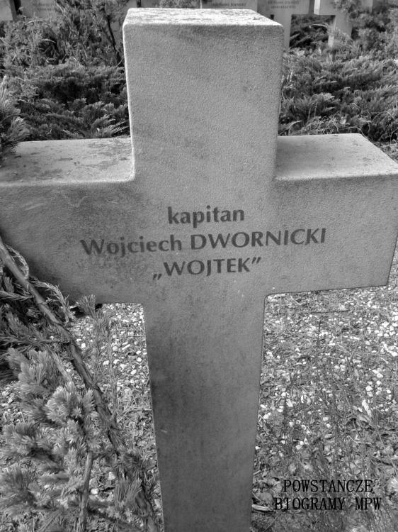 """Mogiła kapitana Wojciecha Dwornickiego ps. """"Wojtek"""" na Cmentarzu Wojennym w Budach Zosinych. Fot. Mariusz Skroński"""
