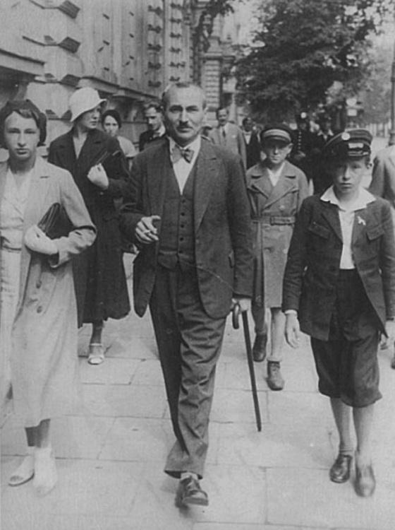 Warszawa, wrzesień 1933 r. Na pierwszym planie Antoni Schmidt z dziećmi: Anną i Wiesławem (1922-1944).