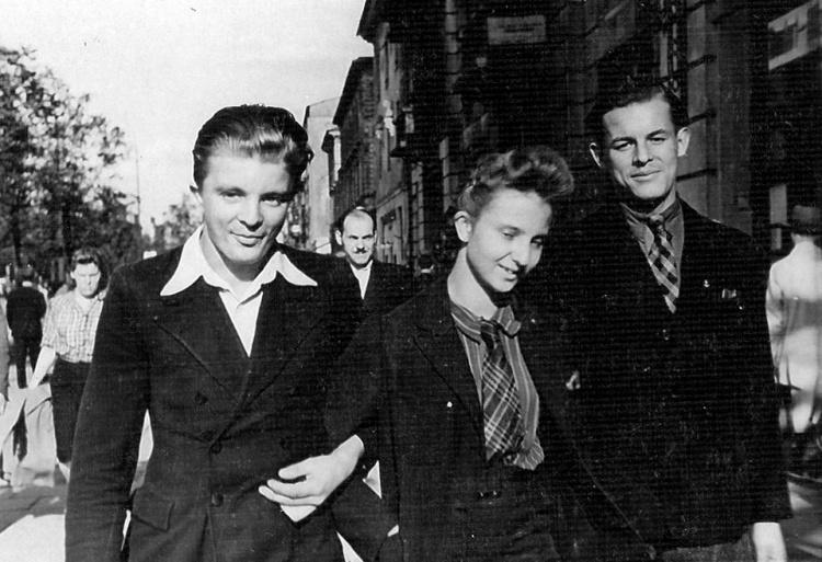 Zdjęcie zrobione najprawdopodobniej  w okupacyjnej Warszawie. Władysław Certowicz pierwszy po lewej, u jego boku jego dziewczyna (NN?) oraz kolega (NN). Fot. ze zbiorów Rafała Wojciechowskiego.