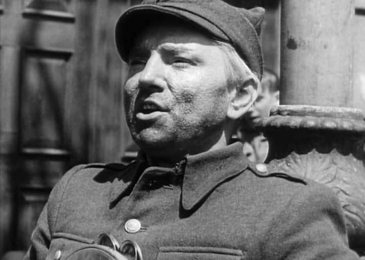 """Leon Pietraszkiewicz jako muzyk uliczny w filmie """"Zakazane piosenki"""" (1946)"""