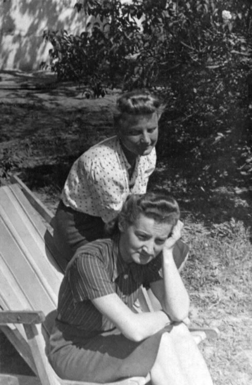 Zdjęcie z okresu okupacji: Małgorzata Irena Korwin-Szymanowska i Bożena Nelard (u dołu)