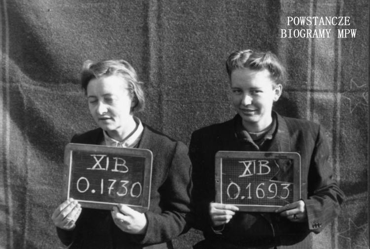 """Fotografia z obozu jenieckiego w Fallingbostel XI B. 10 października 1944 r. Z numerem  0.1730 ppor. Zofia Nicerska """"Rycerska"""", obok z numerem 0.1693 plut. Janina Pustola """"Logika"""". Ze zbiorów Fototeki MPW, sygn. <a href="""" http://www.1944.pl/galerie/fototeka/foto/5666/?szukaj=pustola""""> MPW-IP/4464</a>"""