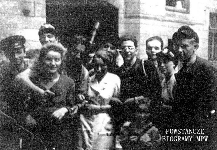 """Mieczysław Maciejka ps. """"Kwiatek"""" - na zdjęciu z tyłu, z granatem. Fot. z archiwum Mieczysława Maciejki"""