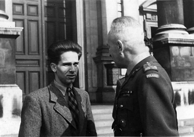 Leszek Krahelski z gen. Januszem Głuchowskim - Londyn wrzesień 1947r. przed Brompton Oratory po mszy za poległych i zmarłych żołnierzy 7. Pułku Ułanów Lubelskich.