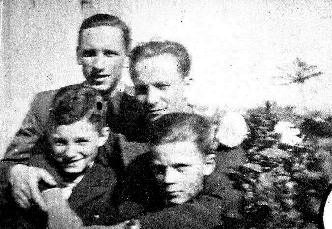 """Wiosna 1943. Od lewej: Andrzej Hryniewicz """"Tarzan"""" (poległ 21.08.1944)  z bratem Bohdanem Hryniewicz """"Bohdan"""", za nimi stoją -   z lewej: Zygmunt Rymszewicz """"NN"""" (pol. 1.08.1944), po prawej i Wiktor Rymszewicz """"Kot"""" (pol. 5.09.1944). Fot. Bohdan Hryniewicz, archiwum rodzinne."""