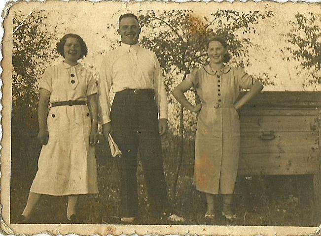 Rok ok 1935 lub 1936. Siostry Zalesińskie (od lewej) Helena i Anna, żona Władysława (w środku)