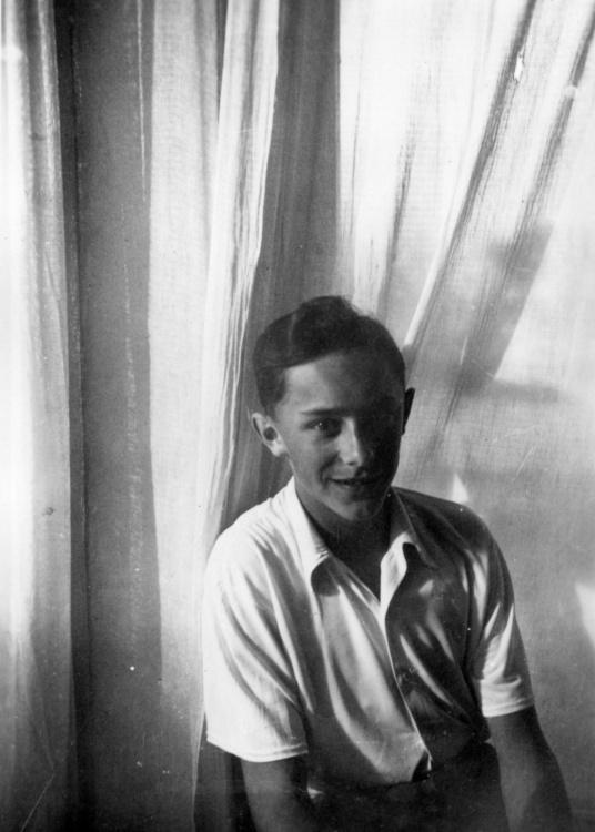 Maciej Szymański w pomieszczeniu. Prawdopodobnie teren Żoliborza, maj 1941 rok. Fot. Olgierd Budrewicz, ze zbiorów Fototeki MPW