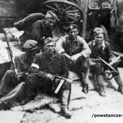Fotografia z Powstania Warszawskiego przedstawiająca żołnierzy zgrupowania