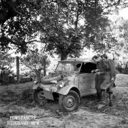 Fotografia z Powstania Warszawskiego. Mokotów. Zdobyczny terenowy Volkswagen