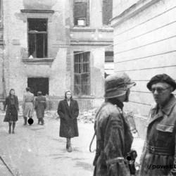 Fotografia z Powstania Warszawskiego. Ul. Poznańska 12.  W berecie płk. Tadeusz Malicki