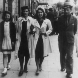 Zdzisław Średziński - na zdjęciu pierwszy mężczyzna z prawej. Fotografia ze zbiorów rodzinnych.