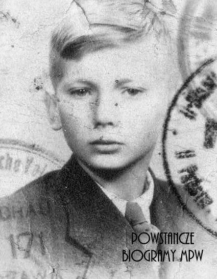 """Łącznik Andrzej Maciej Brzęczek ps. """"Księżyc"""" (1928-2011). Fot. legitymacyjne ze zbiorów Muzeum Powstania Warszawskiego, sygn. P/5448"""