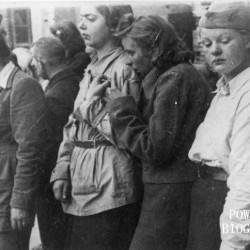 Fotografia z Powstania Warszawskiego. Śródmieście Północne - sierpień 1944.  Sanitariuszki z Kompanii Szturmowej
