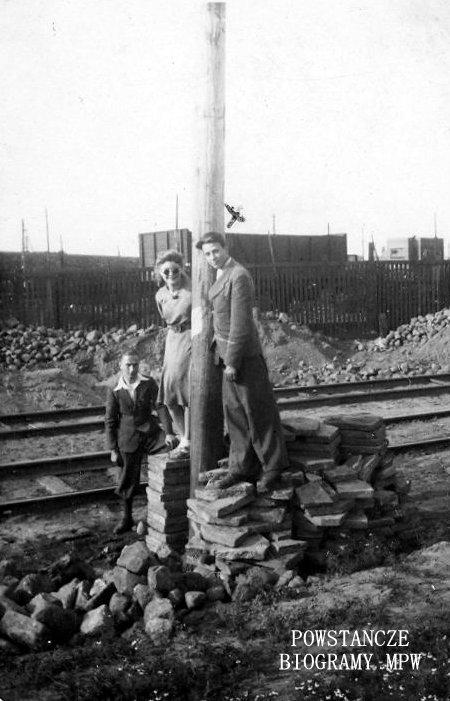 """Warszawa, 1943 rok, rejon ul. Grójeckiej. Marian Rek """"Wilk"""", """"Sikora"""" na zdjęciu pierwszy z prawej - wysoki, opierający się o słup latarniany. Fot. archiwum rodzinne"""
