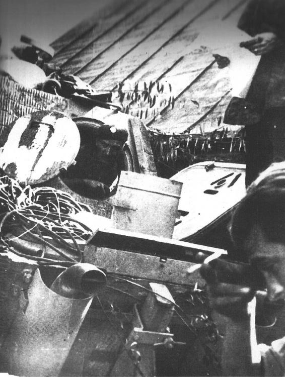 """3 sierpnia 1944 r. - ogród przy ul. Okopowej, majster Jan Uniewski we włazie naprawianej """"Pantery"""""""