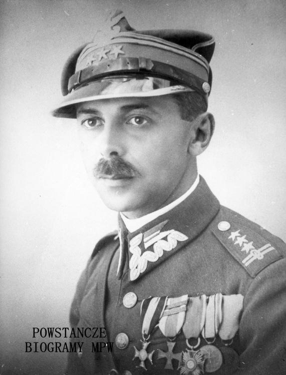 """Gen. Tadeusz """"Bór"""" Komorowski (1895-1966). Fotografia portretowa ze zbiorów Muzeum Powstania Warszawskiego, sygn. MPW-IP/3928"""