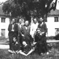 Zdjęcie wykonane w czerwcu 1944 roku na Placu Henkla na warszawskim Żoliborzu przedstawiające Zbigniewa Szydelskiego wraz z kolegami z tajnych kompletów gimnazjum i liceum księcia Józefa Poniatowskiego. Niebawem pięciu z chłopców będzie Powstańcami. Siedzą od lewej: Ryszard Witrzens ps.
