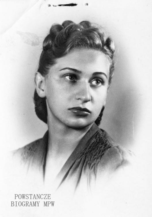 """Łączniczka Zuzanna Adamska """"Zośka"""". Fot. wykonana po 1945 roku, ze zbiorów Muzeum Powstania Warszawskiego, sygn. MPW-IP/5542"""