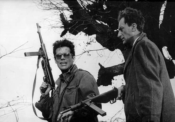 """Zbigniew Cybulski i Adam Pawlikowski w filmie """"Popiół i diament"""" (1958)"""