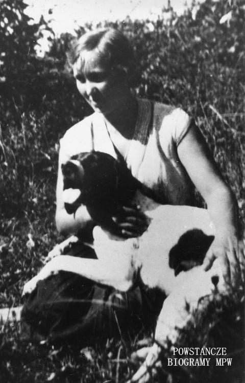 """Irena Cholewińska ps. """"Uta"""" (1910-1944), na zdjęciu z psem. Fot. przekazana przez p. Jacka Szumańskiego"""