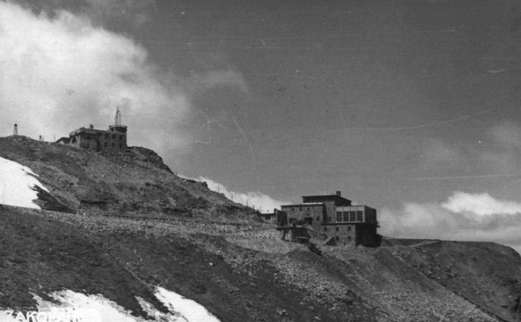 Obiekty zaprojektowane przez Annę Kodelską wraz z mężem: 1) górna stacja kolei linowej oraz budynek obserwatorium meteorologicznego na Kasprowym Wierchu wzniesiony w latach 1936-1937 według projektu Aleksandra Kodelskiego i Anny Kodelskiej