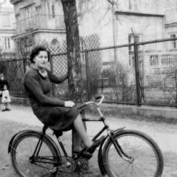 Bogna Semerau-Siemianowska w czasie okupacji na ul. Suchej. Fot. z archiwum rodzinnego Bogny Osińskiej / Archiwum 2 HBAP