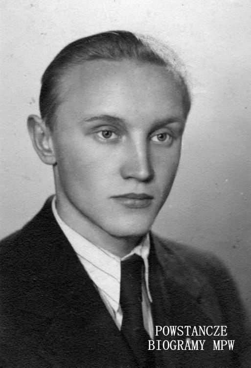 """Stanisław Świętochowski  ps. """"Sęp"""" (1922-1944) na fotografii w roku 1944. Ze zbiorów Muzeum Powstania Warszawskiego, sygn. MPW-IS/720"""