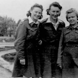 Stalag w Niederlangen - od lewej stoją: Regina Fern