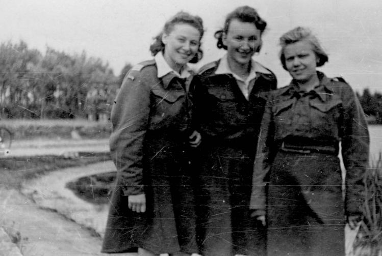 """Stalag w Niederlangen - od lewej stoją: Regina Fern """"Ziutek"""" (vel Józefa Nałęcz), Irena Płoska """"Joanna Wrzeciono"""", Maria Sulimirska """"Myszka Biała"""""""