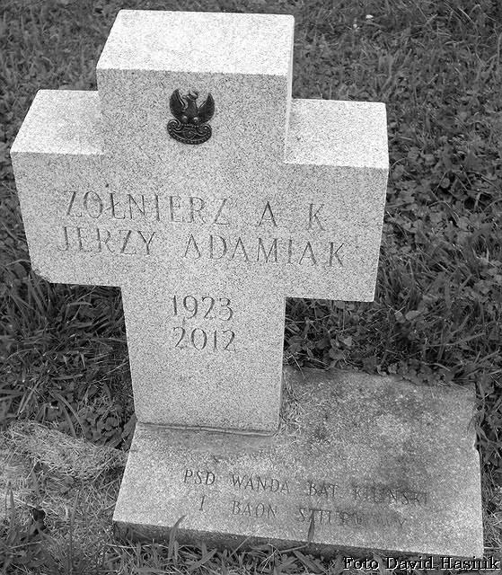 """Mogiła Jerzego Adamiaka ps. """"Wanda"""", Cmentarz Matki Bożej Czestochowskiej w Doylestown. Fot. David Hasiuk"""