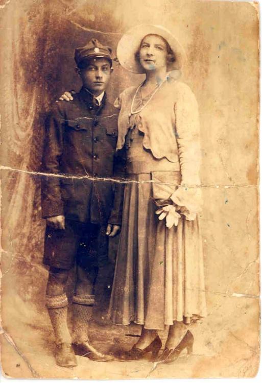 Młody Jurek z matką Stefanią. Fotografia z archiwum rodzinnego Stanisława Włodarczyka.